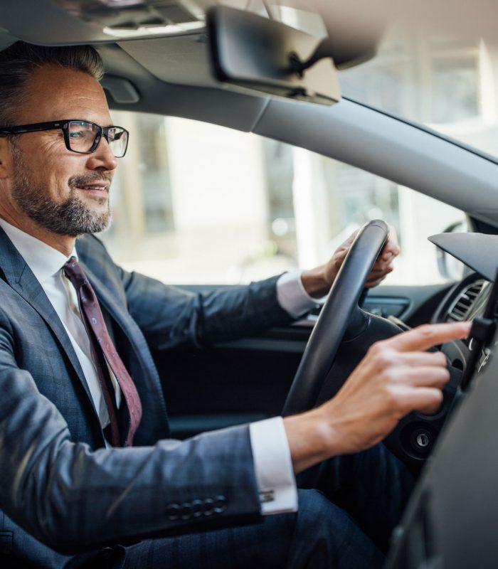 Hombre al volante manejando.