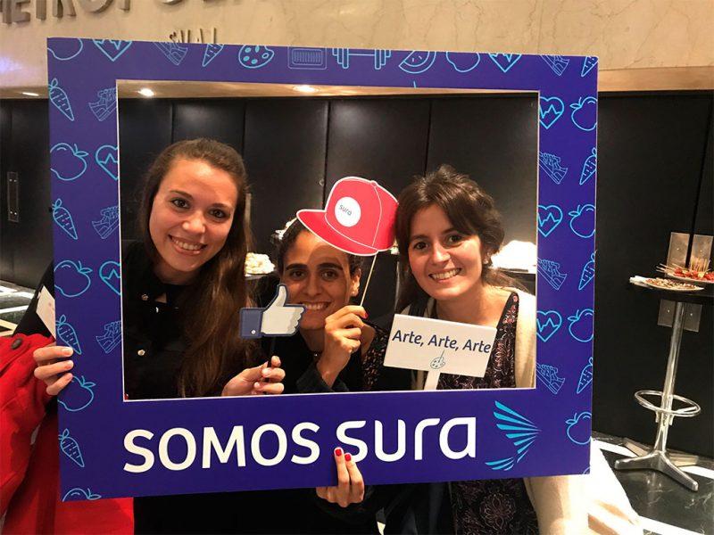 Imagen de colaboradoras de SURA con un cartón simulando una selfie de Instagram.