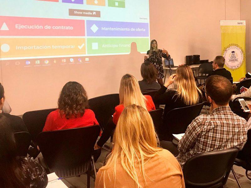 Imagen de un grupo de colaboradores de SURA participando en un taller.